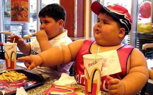 Макдональдс кормит детей и кормится детьми